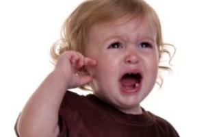 Как можно понять, как болит ухо у ребенка: симптомы, лечение