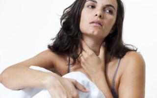 Что делать, если болит горло, при этом больно глотать, температуры нет, но отдает в уши?