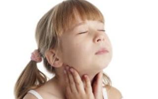 Болит горло у ребенка в 2 года – что делать и чем лечить?