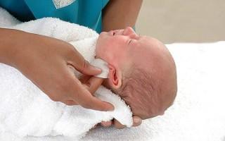 Отит у новорожденных: симптомы и лечение