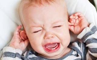 Как помочь, если у ребенка болит ухо