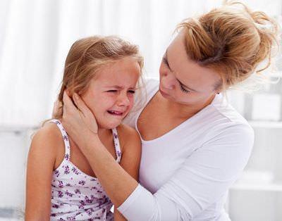 ребенок с больным ухом