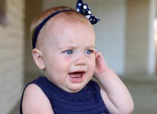 у ребенка болит ухо, что делать