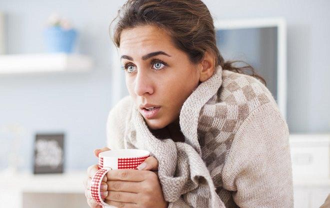 в шарфике пьет чай