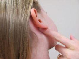 болит шишка за ухом