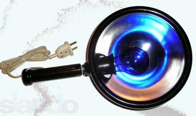 греть ухо при отите синей лампой