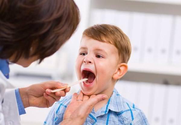 рыхлое горло у детей лечит педиатр