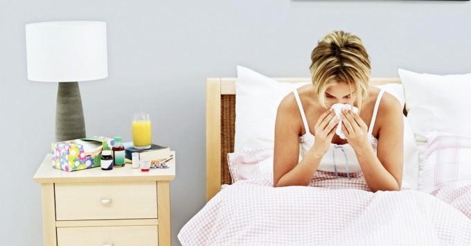 Женщина болеет в постеле