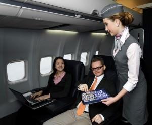 Стюардесса предлагает конфеты в самолете