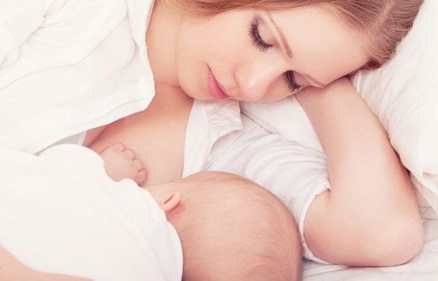 Мамочка и малыш на грудном вскармливании