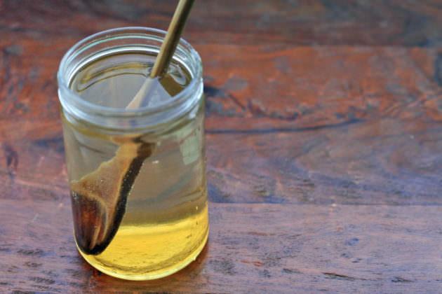 Медовую воду можно применять в качестве народного метода лечения отита