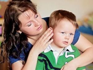 Мама осматривает ухо