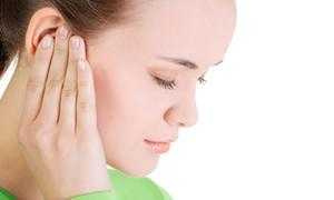 Почему в ухе шумит