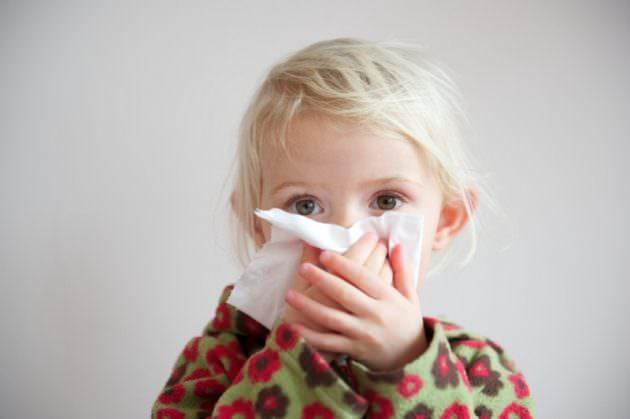 Аденоиды у детей сопровождаются кашлем и насморком