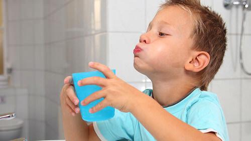 Можно ли полоскать солью, содой и йодом горло у детей?