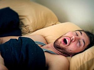 Из-за физиологического строения гортани мужины храпят чаще женщин