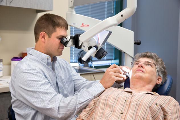 Врач исследует ухо пациентке