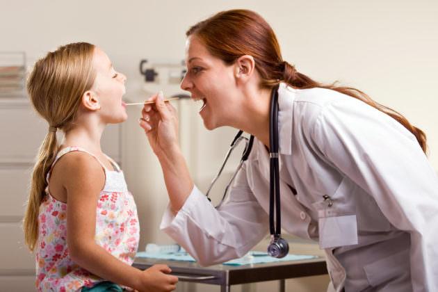 Чем лечить горло ребенку