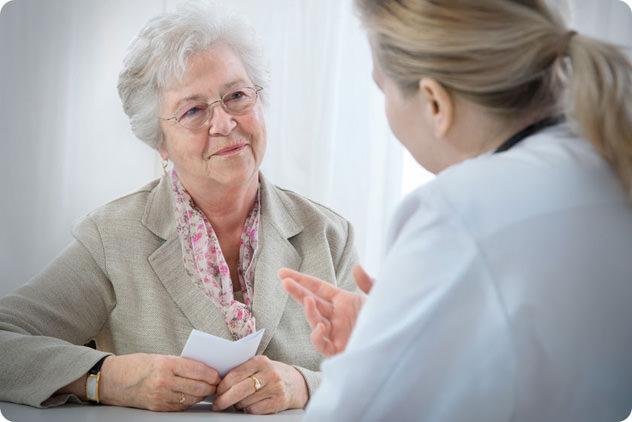 Пожилая женщина консультируется на приеме у врача