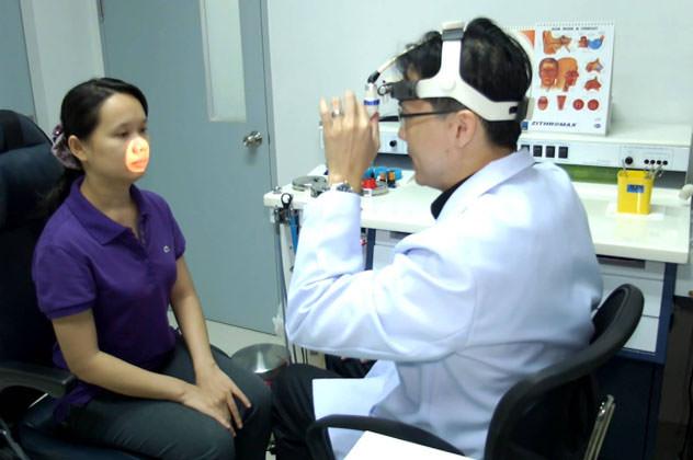 Пациентка на приеме у ЛОР врача