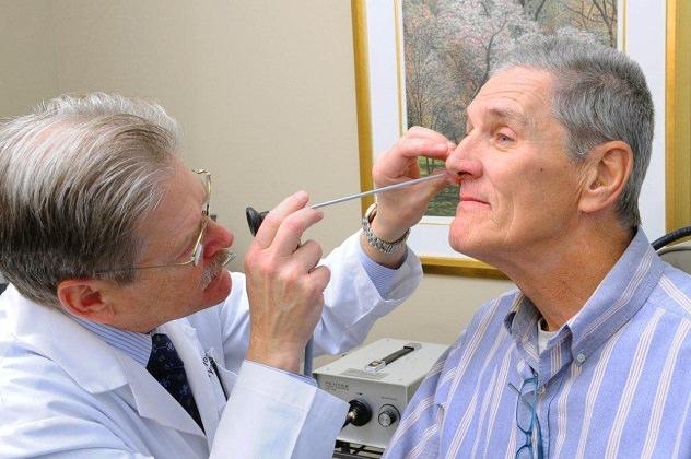 Осмотр носа у врача