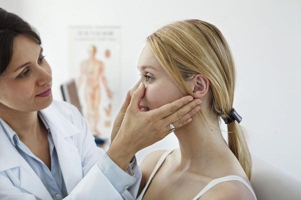 после узи носа врач осматривает пациента