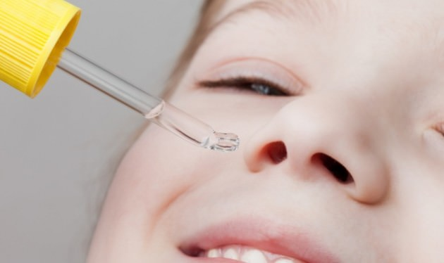 ребенку капают в нос