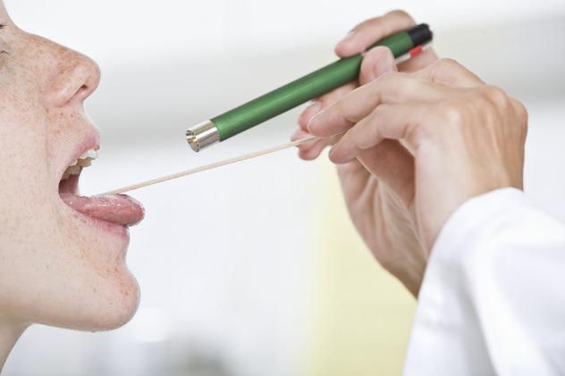Доктор осматривает горло