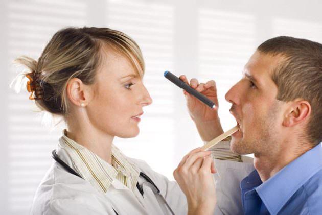 Доктор осматривает пациента