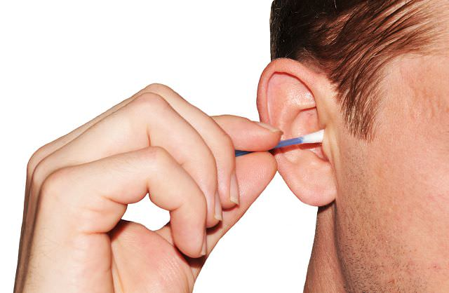 Ватная палочка в ухе