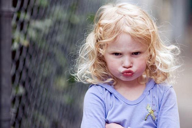 Недовольная девочка