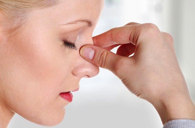 У женщины болит нос
