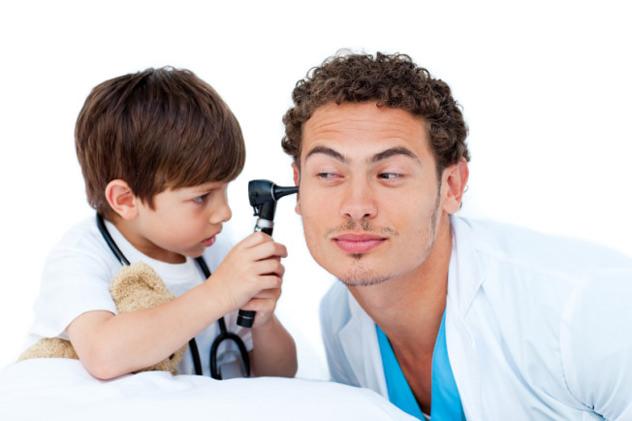Маленький мальчик играет с доктором
