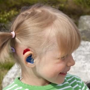 Девочка со слуховым аппаратом