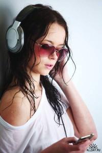Слушать музыку в наушниках