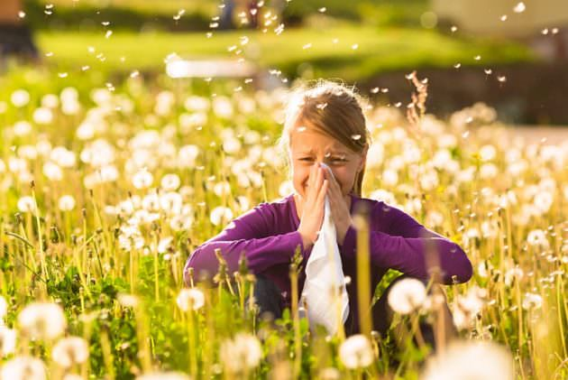 Спрей Назарел назначается для лечения аллергического ринита у взрослых и детей с 4 лет