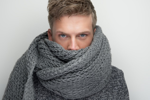 Мужчина замотался в шарф