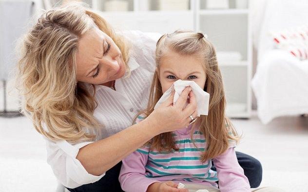 Мама вытирает дочери нос