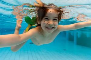 Девочка нырнула под воду