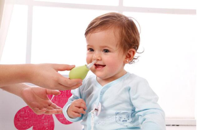 Носовые ходы маленького ребенка можно прочистить с помощью груши или аспиратора