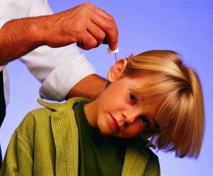 Ребенку закапывают в ухо