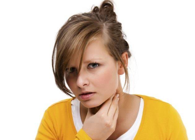 Киста миндалины провоцирует першение в горле