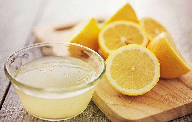 Нарезанный лимон и лимонный сок
